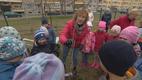 Reet Linna istutas Rukkilille lasteaia hoovile kirsipuu.