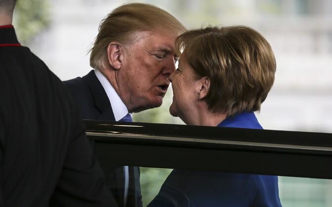 President Donald Trump tervitab Saksa liidukantslerit Angela Merkelit Valge Maja uksel.