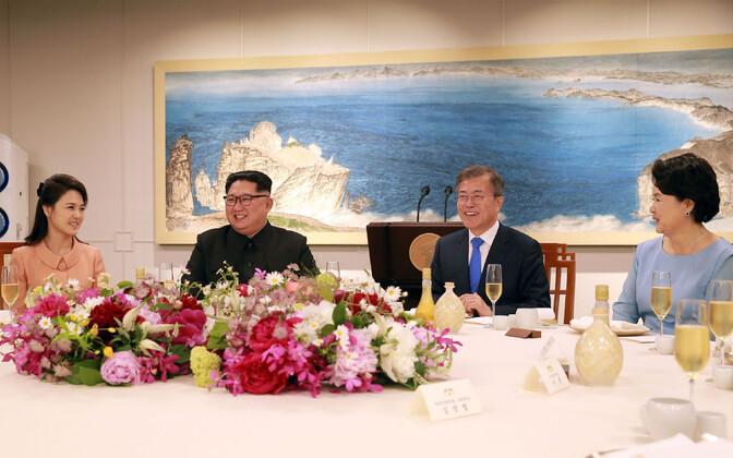Лидер КНДР Ким Чен Ын и президент Южной Кореи Мун Чжэ Ин вместе с супругами.