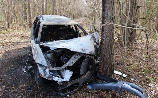 Läänemaal põles auto pärast avariid maha.