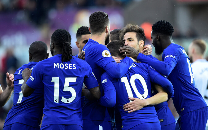 Chelsea mängijad väravat tähistamas.