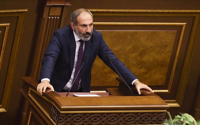 Nikol Pašinjan Armeenia parlamendi ees.