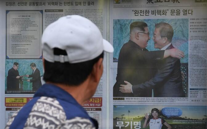 Põhja- ja Lõuna-Korea rahukõnelusi kajastav ajaleht Souli tänaval.