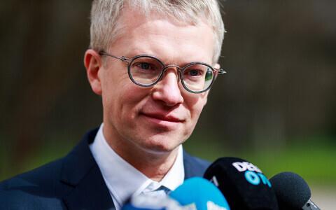 Minister of Public Administration Janek Mäggi (Centre).