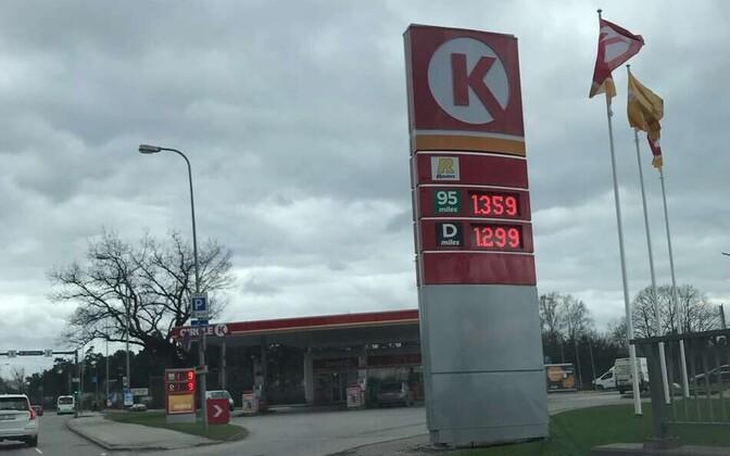 Kütuse hind 2. mai õhtul Tallinnas Pärnu maantee ristumisel Järvevana teega.