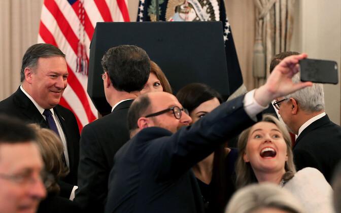Mike Pompeo (vasakul) tervitab USA välisministeeriumi ametnikke pärast ametisse vannutamist.