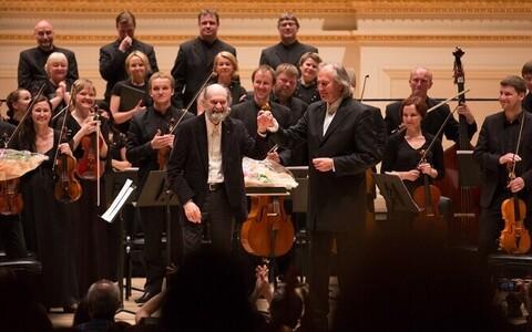 Arvo Pärt ja Tõnu Kaljuste Eesti Filharmoonia Kammerkoori ja Tallinna Kammerorkestri ees Carnegie Hallis.