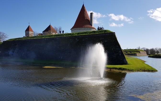 Фонтан у стен Курессаареского замка.