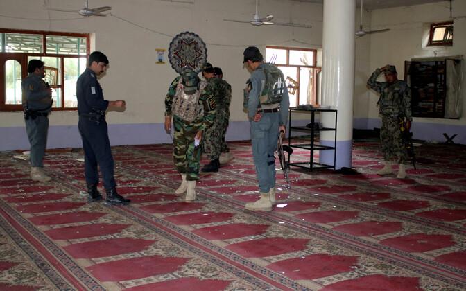Afganistani võimuesindajad Khosti linnas 6. mail sündmuskohta uurimas.