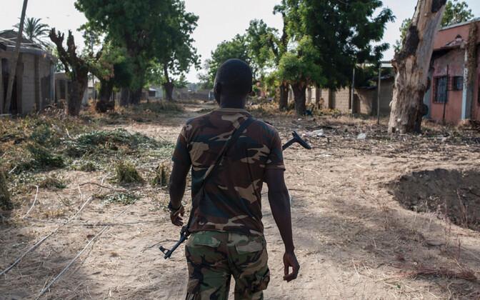 Nigeeria sõdur terroristide poolt hävitatud külas, arhiivifoto.