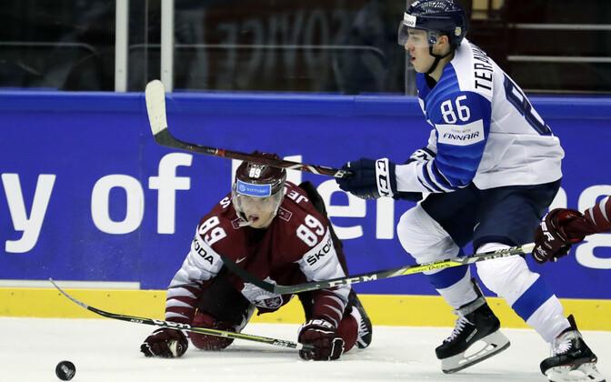 Läti jäi suurelt Soomele alla, pildil Nikita Jevpalovs ja Teuvo Teravainen.
