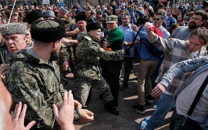 Kasakakostüümis mees meeleavaldajaid nuudiga peksmas, Moskva 5. mai.