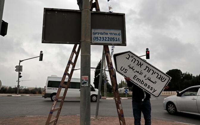 Дорожные указатели на иврите, арабском и английском языках.