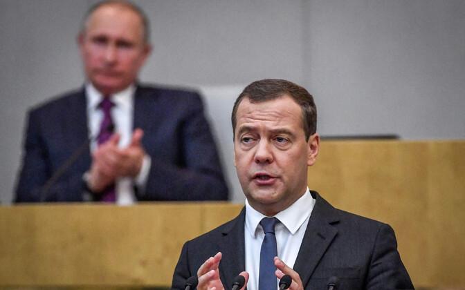 Venemaa peaminister Dmitri Medvedev 8. mail riigiduumas, taustal president Vladimir Putin.