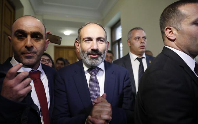 Armeenia uus peaminister Nikol Pašinjan (keskel).