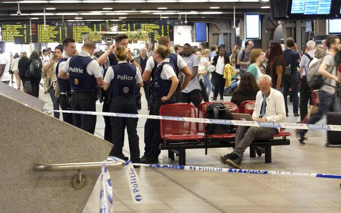 Politseinikud pärast intsidenti Brüsselis raudteejaamas.