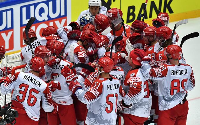Taani jäähokikoondislased võitu tähistamas.