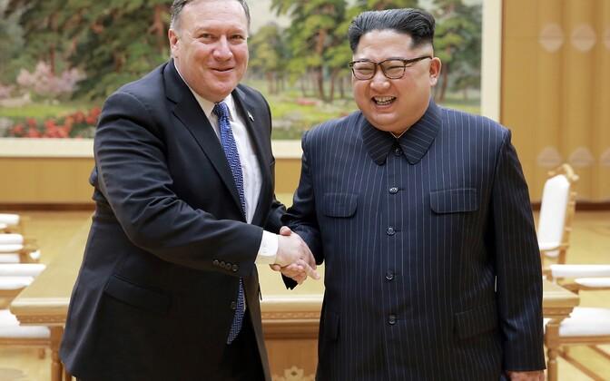 Госсекретарь США Майкл Помпео и лидер КНДР Ким Чен Ын 9 мая в Пхеньяне.