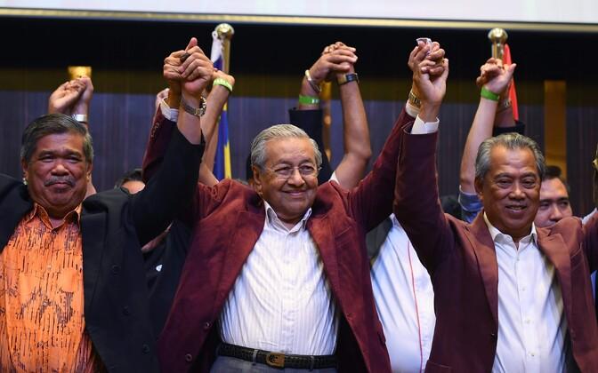 Mahathir Mohamad (keskel) tähistamas võitu.