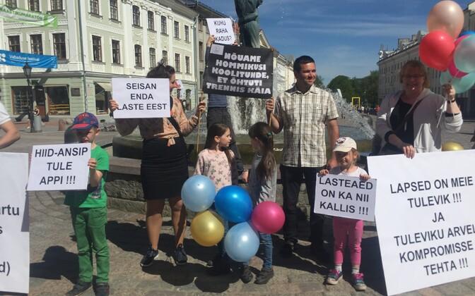 Laste ja nende vanemate protest Tartu raekoja platsil