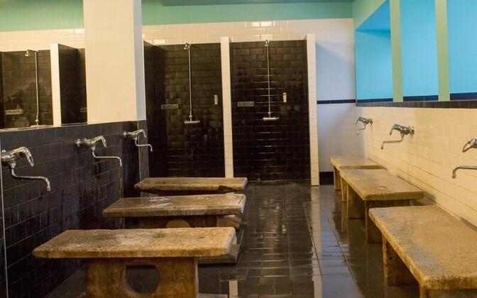Raua saunas massilist koolieelikute sissekirjutust ei esine, ent ometi on saanud end sinna sisse kirjutada kuus inimest, ehkki hoones eluruume pole, mis sissekirjutust võimaldaks.