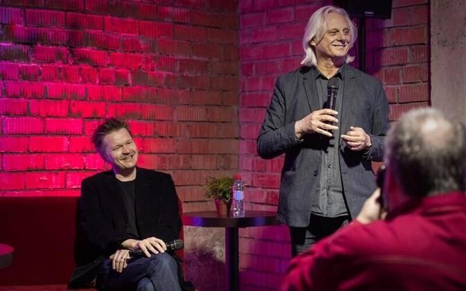 Huvitav oli vestlusringis kuulata, kuidas äsja ECMi artistiks saanud Kristjan Randalu (vasakul) kirjeldas oma kogemust ECMile salvestamisel ja tunnistas, et tema mõnest loost jäi pärast Manfred Eicheri revisjoni alles pool, mõnest kolmveerand.