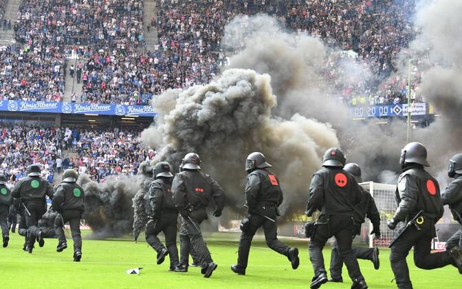 Hamburgi poolehoidjad reageerisid oma meeskonna väljalangemisele pürotehnikat põletades