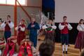 EV100 aktus, kus tantsivad koos õpilased, vilistlased, lapsevanemad, õpetajad ja sõbrad