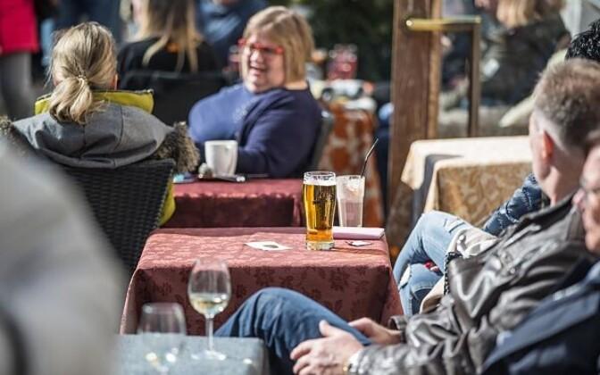 Пить пиво в Старом городе - дорогое удовольствие.
