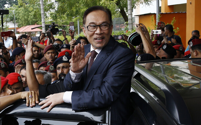 Anwar Ibrahim lehvitab Kuala Lumpuris toetajatele vanglast vabanedes.