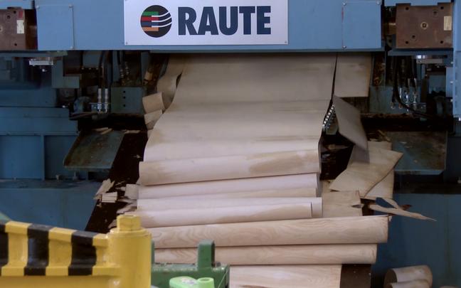 Masina teiselt küljelt tuleb välja imeõhuke spoonileht, mis meenutab paberit.