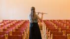 Kristin harjutamas flööti Paide Muusikakooli saalis