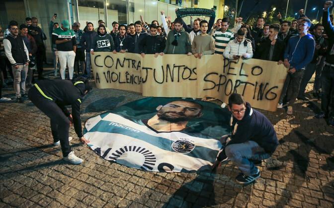 Sportingu mängijatele avaldas teisipäeva õhtul toetust mitusada klubi fänni
