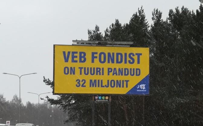 Надпись на щите: из фонда ВЭБ утянули 32 миллиона.