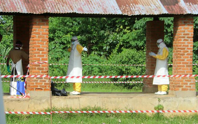 Tervisetöötajate puhastamine Bikoro haigla karantiinitsoonis.