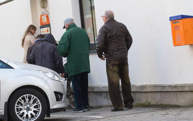 Pensionipäev toob rahaautomaadi juurde järjekorra.