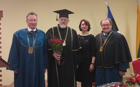 Doctor honoris causa on missioon, mitte privileeg. 4. mail promoveeriti akadeemik, Tallinna tehnikaülikooli juhtivteadur ja rannikutehnika professor Tarmo Soomere Klaipėda ülikooli audoktoriks. Fotol (vasakult) Klaipėda ülikooli rektori kt Arturas Razbada