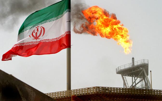 Iraani lipp ja nafta puurtorn.