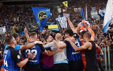 Milano Interi mängijad fännidega tähistamas.
