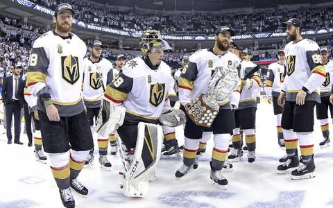 Vegas Golden Knights läänekonverentsi võidukarikaga.