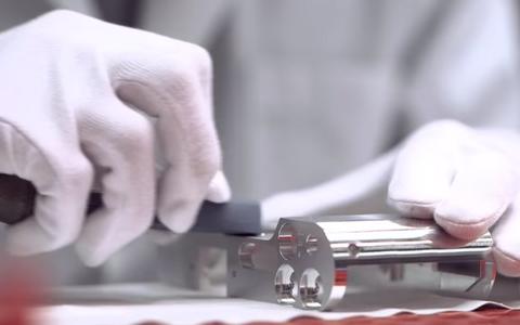 Kuvatõmmis Leica Camera reklaamist, kus näidatakse 45 minutit Leica T mudeli korpuse poleerimist liivapaberiga.