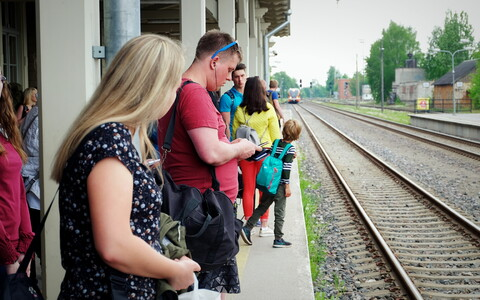Passengers on a packed platform waiting for the Tartu-Tallinn train to pull up at Tartu Railway Station on Friday afternoon. May 18, 2018.