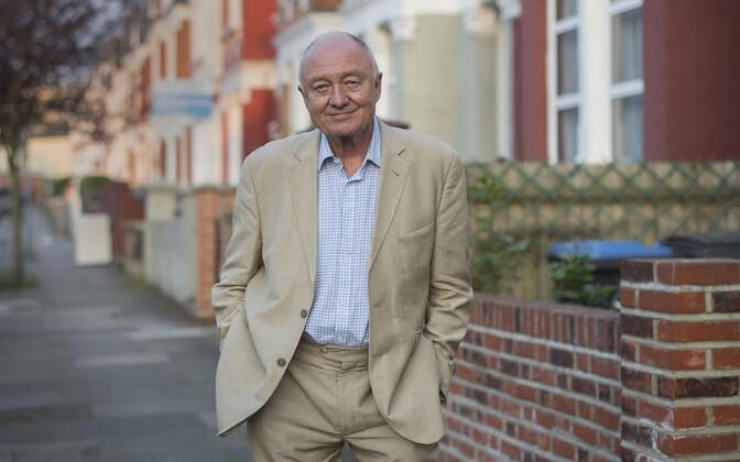Ken Livingstone oma maja ees Londonis.