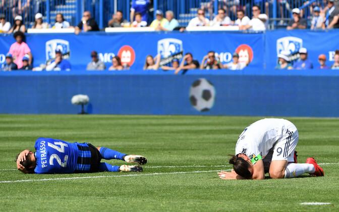 Michael Petrasso ja Zlatan Ibrahimovic langesid vahejuhtumi järel valugrimassides murule.
