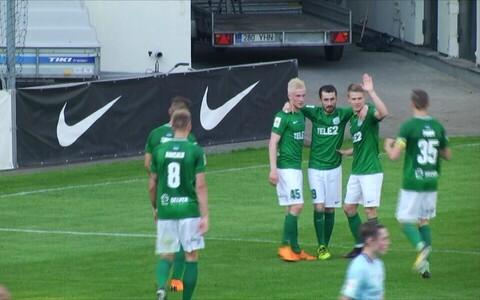 FC Flora mängijad väravat tähistamas.