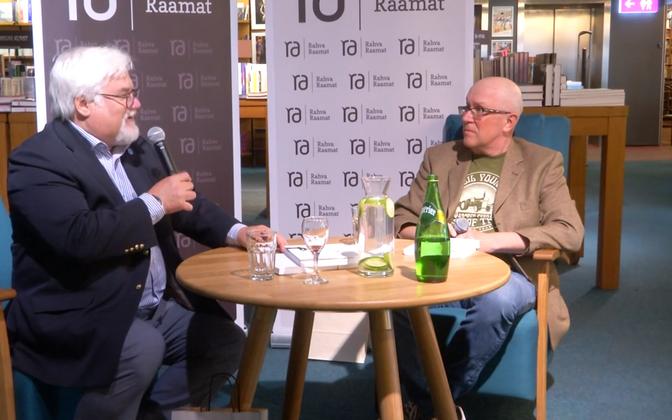 Ike Volkoviga vestles raamatuesitlusel Mart Juur.