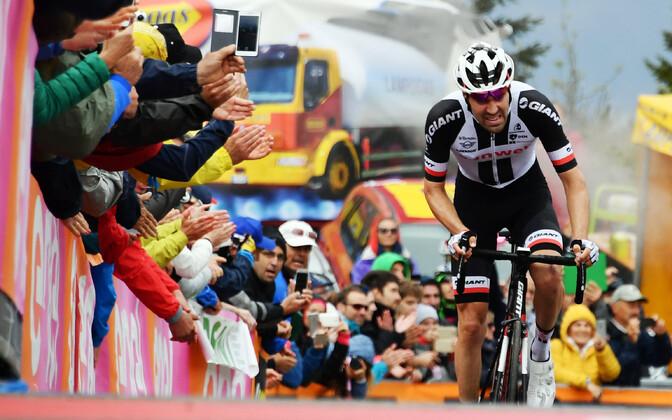 Tiitlikaitsja Tom Dumoulin Itaalia velotuuri 14. etapi finiši tõusul