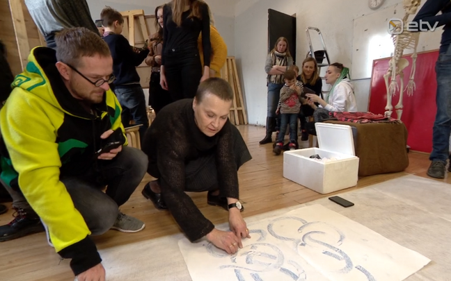 Jüri Muttika (vasakul) ja Eesti kunstiakadeemia joonistamise stuudio juhataja Ülle Marks.