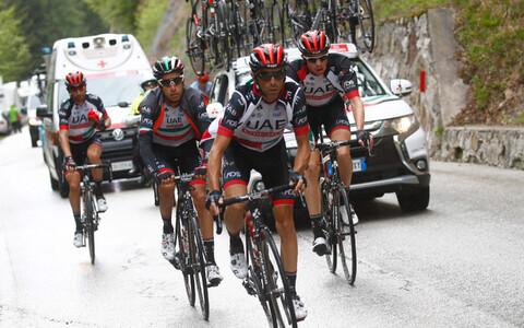 Fabio Aru (vasakult teine) sõitmas Itaalia velotuuri 15. etappi koos meeskonnakaaslastega