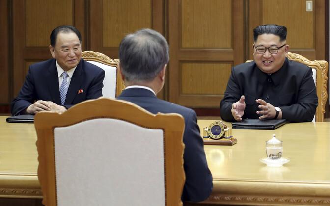 Lõuna-Korea president Moon Jae-in (seljaga) ja Põhja-Korea liider Kim Jong-un (paremal) 27. mail.